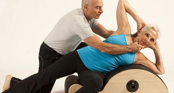 Qué es la osteoporosis y cómo pueden ayudarte el yoga y el pilates para tener huesos fuertes